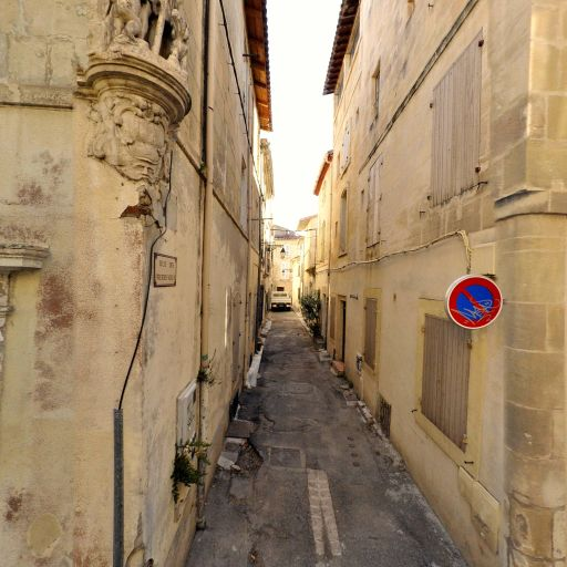 Niche d'angle avec statue de St Martin partageant son manteau - Attraction touristique - Arles